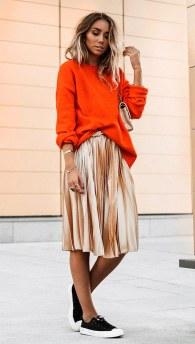 street-style-look-sueter-laranja-saia-plissada-metalizada-161110-033953